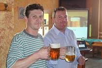 Majitel restaurace Tomáš Picek (vlevo) s obchodním sládkem Plzeňského Prazdroje Zdeňkem Raisem.