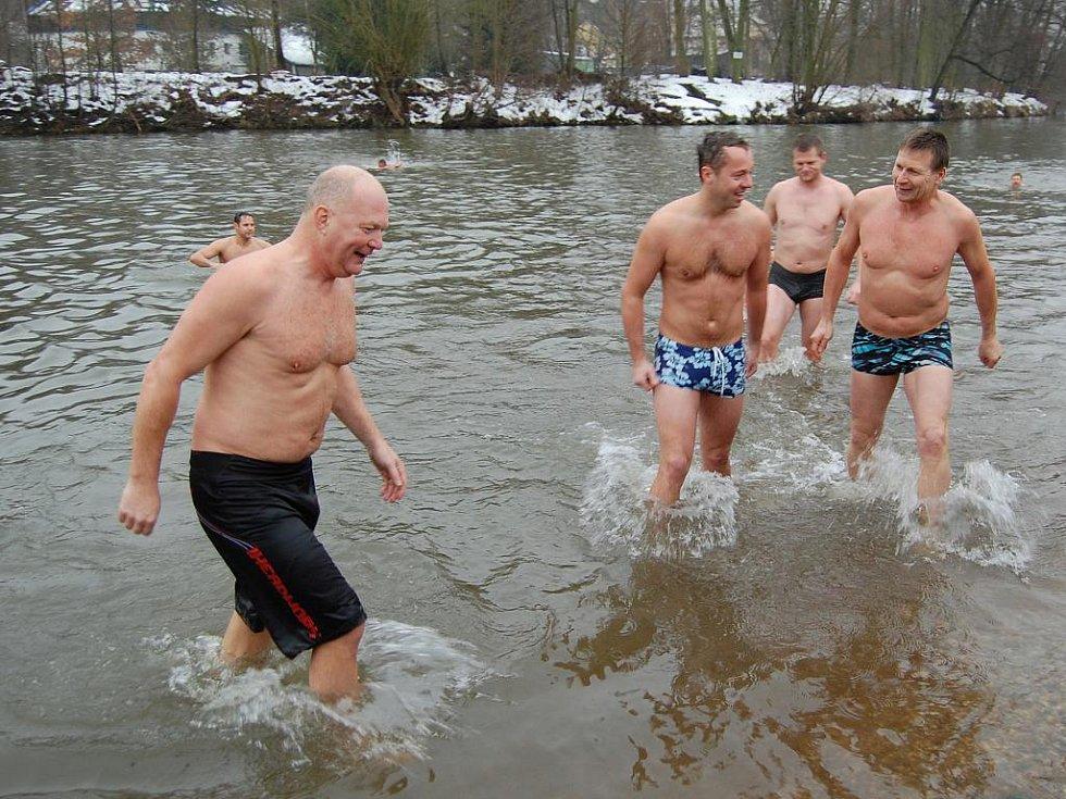 Tradiční Štědrodenní koupání v řece Jizeře nechybělo tento rok.