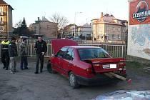 S nákladem vyčnívajícím z auta na sebe skupinka mužů zbytečně upozornila.