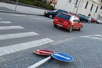 Povalená jednosměrka nebyla vidět a řidiči do Železné ulice běžně vjížděli.