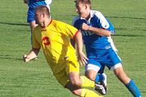Čejetický Jirsa (vpravo) stzíhá protihráče z Rožďalovic.