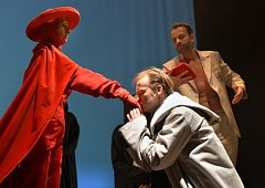 Legenda 997 (V+V) je výsledkem tvůrčí spolupráce mladoboleslavského divadla a hudebnice Radůzy. Představuje první premiéru současné divadelní sezóny.