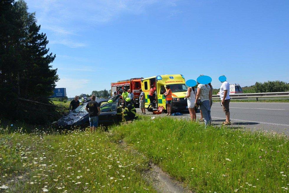 Osobní automobil se tříčlennou posádkou, který mířil směr Turnov, nedaleko Mnichova Hradiště sjel ze silnice, přerazil několik stromů a zůstal stát v příkopu.