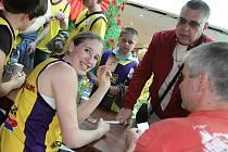 Na sobotním Dnu s Deníkem jste mohli získat autogram od dívek ze Slovanky Mladá Boleslav.