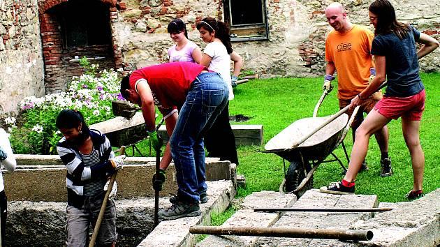 Dobrovolníci pomáhají na klášteře v Hradišti