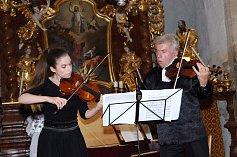 Houslový virtuóz Jaroslav Svěcený s dcerou Julií.