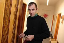 Zámečník opravuje vylomené dveře kanceláří ČSSD v Mladé Boleslavi.