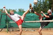 Zajímavé boje bylo vidět v Bousově při nohejbalovém turnaji trojic.