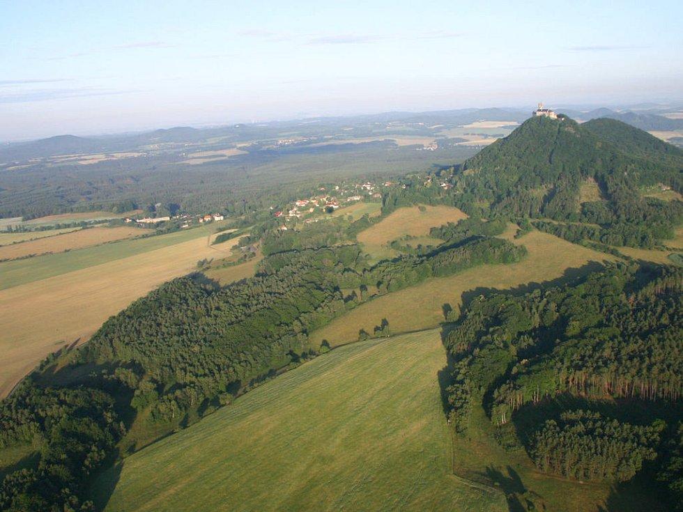 Výhled z balonu na hrad Bezděz