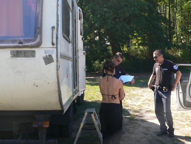 S kempem si popletli lesopark Štěpánka majitelé karavanu