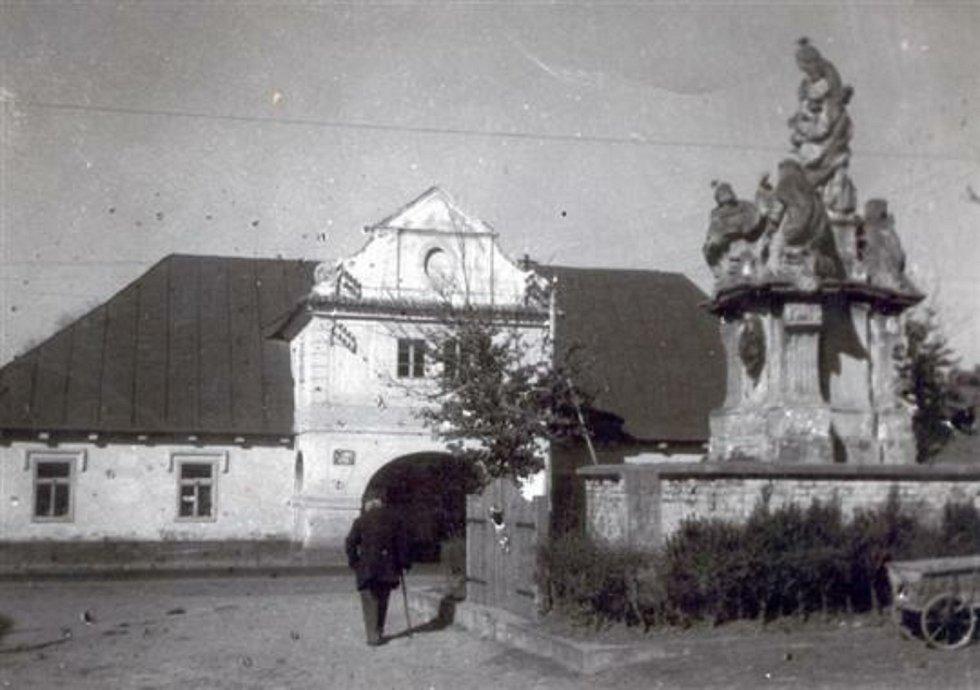 Brodce -  náves a barokní socha