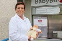 NADĚŽDA TUČKOVÁ, vrchní sestra dětského a novorozeneckého oddělení, s panenkou před novým babyboxem.