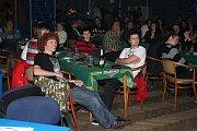 Sál music klubu Koule v Bělé plný hudebníků a diváků.