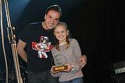 Talen roku Bára Dufková přebírá cenu z rukou Filipa Šubra.