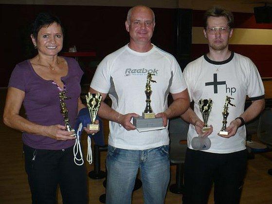 Nejlepší trojice  bowlingového turnaje. Odleva: Dagmar Vaněčková, Leoš Beluško, Jaroslav Maňásek.