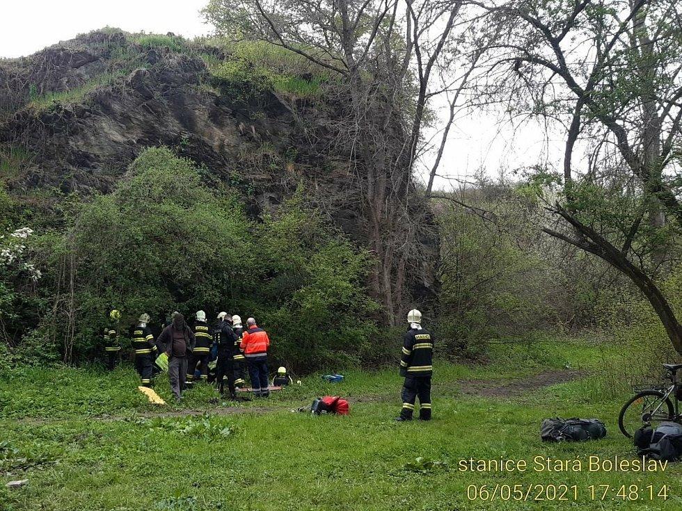 Záchrana muže, který spadl z výšky v bývalém kamenolomu v katastru obce Martinov.