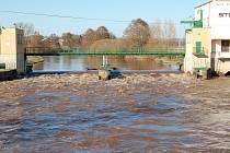 Tolik vody se valilo přes jez u Bakova nad Jizerou, když k 1. stupni povodňové aktivity zbývalo kolem půl metru vody.