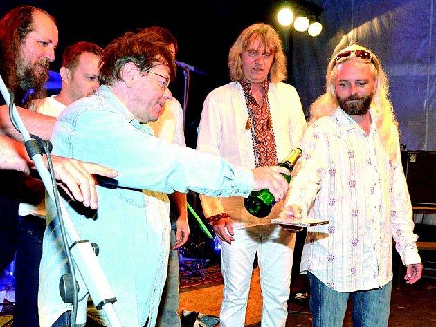 Bohumil Rosenkranz (držící šampus) na křtu cédéčka kapely EX 05