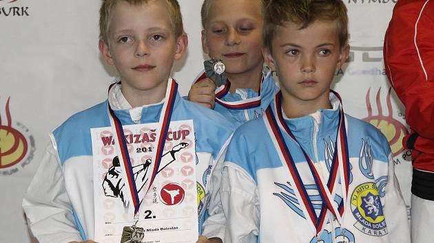 Martin Pech, Jakub Pečenka a Josef Bulíř vystoupili na stříbrný stupínek v kata družstev žáků