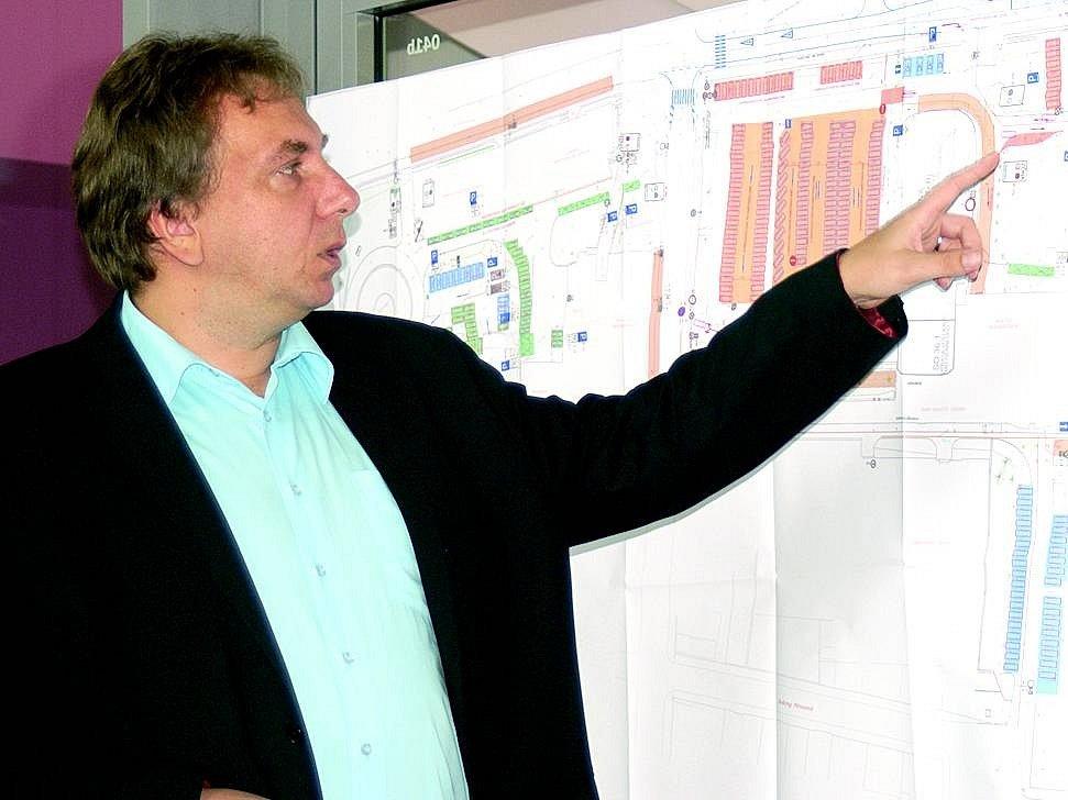 Ředitel Klaudiánovy nemocnice ukazuje na připravené parkoviště