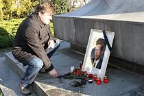 Pietní svíčku za zemřelého prezidenta Václava Havla zapálil i poslanec Jan Smutný.