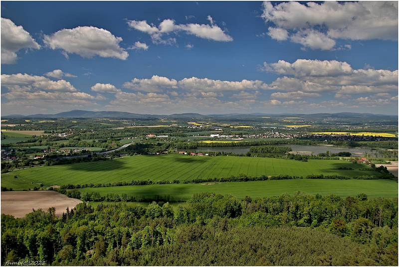 Severní Čechy, v popředí rybník Žabakor