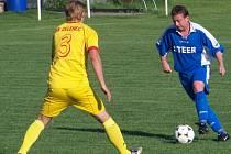 V souboji čejetický Martin Kůtek (s míčem) se zelenečským obráncem Tiborem Fulopem.
