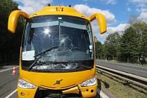 Žlutý autobus havaroval na dálnici. Zranila se stevardka