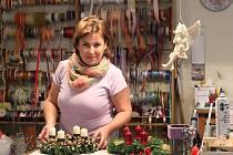 Viola Zeithamlová při výrobě adventních věnců na sobotní výstavu