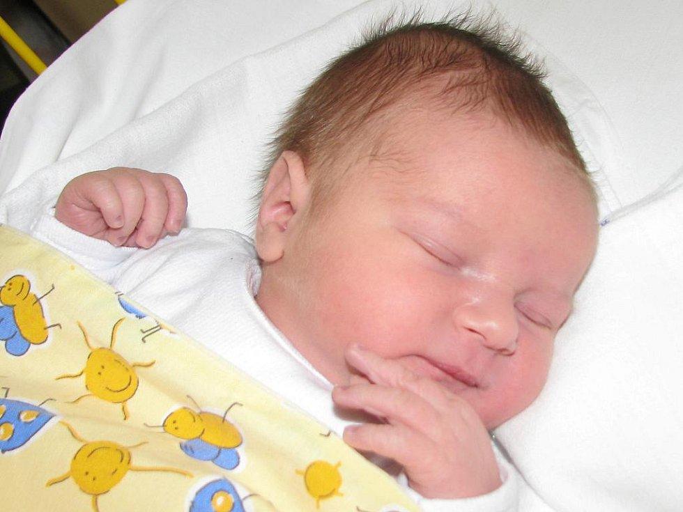 MICHÁLEK Dufek dostal 7. dubna jméno po tatínkovi. Po narození měřil 50 cm a vážil 3, 52 kg. Ze syna se raduje také maminka Petra. Doma je v Mladé Boleslavi.