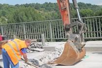 Ve středu na mostě pracovali tři lidé