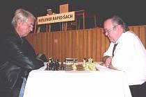 Ředitel turnaje Václav Klain (vpravo) je i výborným šachistou.