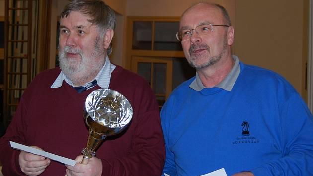 Na snímu mezinárčodní šachový mistr Josef Přibyl (vlevo), který bude v Dobrovici obhajovat loňské  prvenství spolu s ředitelem turnaje Petrem Novotným.