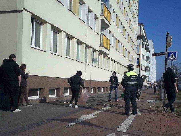 ODPADKY, které skončily na chodníku, musela skupina mladých lidí pod kontrolou strážníků uklidit.