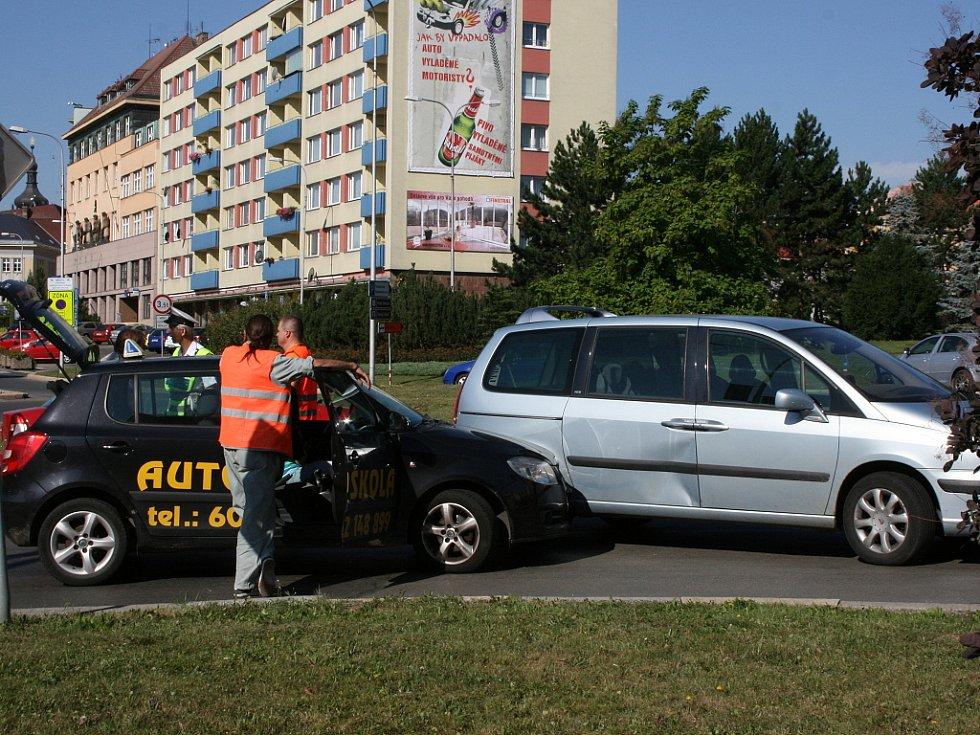 Nehoda na kruhovém objezdu, v níž figuroval vůz autoškoly.