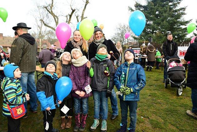 Vypouštění balonků v Mnichově Hradišti. Třetí ročník byl částečně charitativní