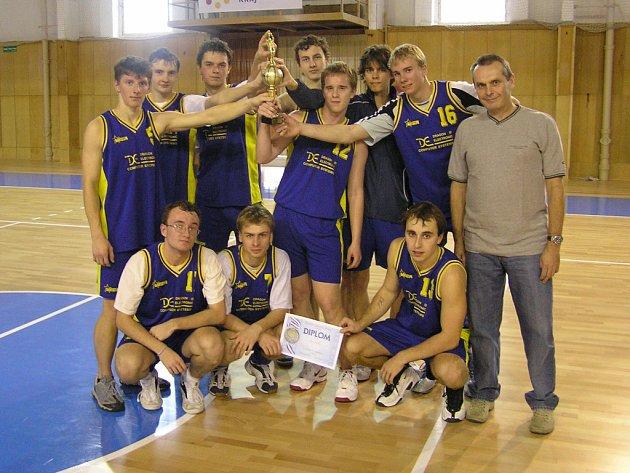 Studenti mladoboleslavského Gymnázia Josefa Pekaře se na mezinárodním basketbalovém turnaji v Pezinku mohli radovat z druhého místa.