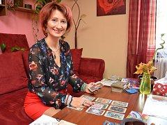 Martha Masopustová vystudovala pedagogickou fakultu a již dvě dekády vyučuje na základní škole v Bakově nad Jizerou. Svůj čas už deset let dělí i na práci s klienty, kteří k ní docházejí.