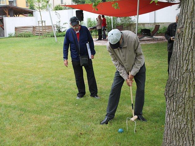Ve čtvrtek 17. května se Klementinka zaplnila seniory, pro něž tu byl připraven zábavný den a zahradní slavnost.
