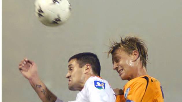 Podaří se kapitánovi boleslavského týmu Janu Rajnochovi (vpravo) vstřelit gól i Budějovicům?