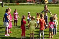Tanečnice Fatima v obklopení dětí.