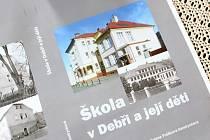 Obálka knihy Škola v Debři a její děti.