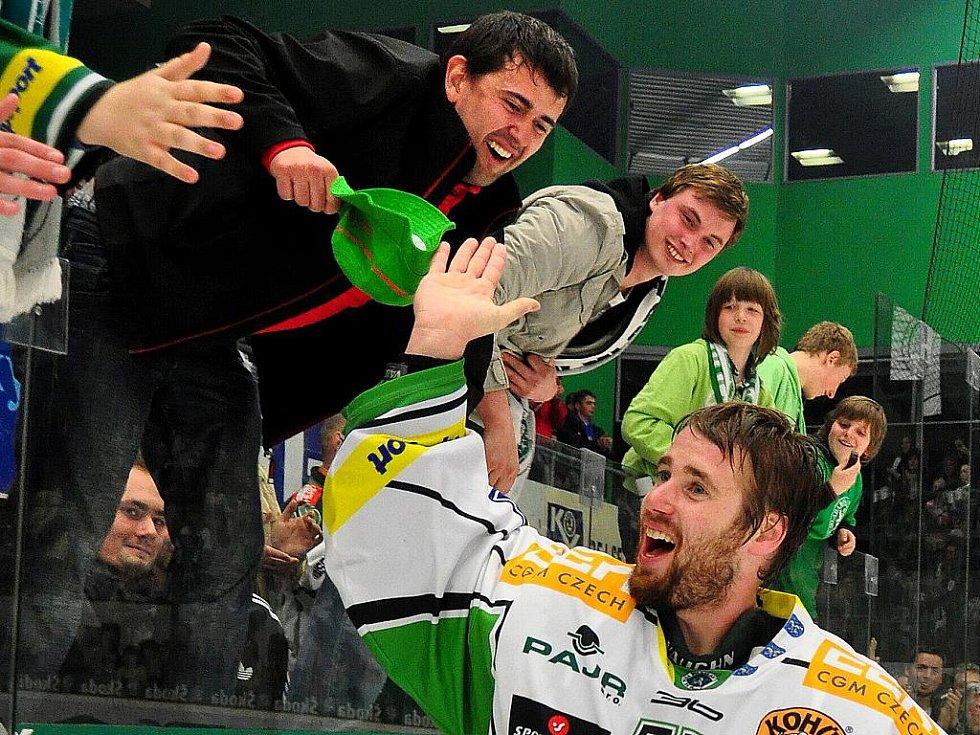 Fanoušci a hokejisté BK Mladá Boleslav oslavují výhru v baráži a udržení v extralize.