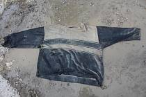 Fotografie oblečení nalezeného mrtvého muže.