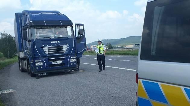 POLICISTÉ kontrolovali řidiče nákladních vozidel