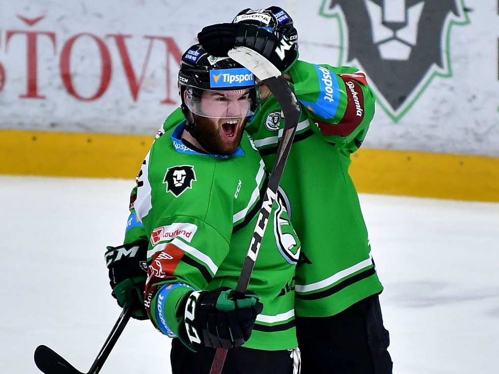 Hokejisté Mladé Boleslavi (v zeleném) porazili v prvním utkání čtvrtfinálové série Dynamo Pardubice 2:0.
