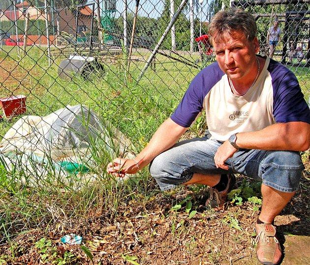 Vilém Najman u tenisového kurtu na Malé Bělé, který v současné době zarůstá trávou a nedá se na něm hrát.