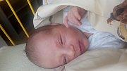 Matěj Raindl se narodil 3. března, vážil 3,95 kg a měřil 52 cm. Doma v Kobylech ho přivítá bráška Kubík a maminka Lucie s tatínkem Jiřím.