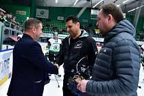 Současní hokejoví trenéři a jedni z hlavních strůjců olympijského triumfu Pavel Patera a Vladimír Růžička převzali pamětní mince od České mincovny.