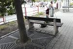 Žena bez domova pokálela lavičku